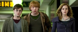 Rupert Grint (Ron Weasley), Daniel Radcliffe (Harry Potter) en Emma Watson (Hermione Granger) in Harry Potter and the Deathly Hallows: Part I