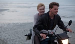 Dakota Fanning (Tessa Scott) en Jeremy Irvine (Adam) in Now Is Good