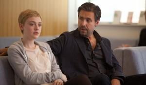 Paddy Considine en Dakota Fanning (Tessa Scott) in Now Is Good