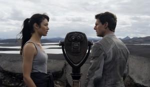 Olga Kurylenko (Julia) en Tom Cruise (Jack Harper) in Oblivion