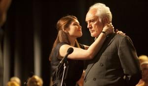 Gemma Arterton (Elizabeth) en Terence Stamp (Arthur) in Song for Marion