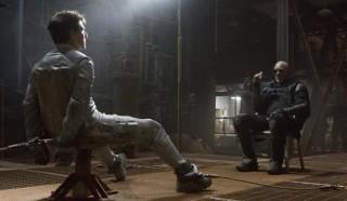 Tom Cruise en Morgan Freeman in Oblivion