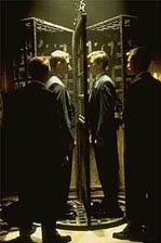 De twee studenten - de aangewezen 'soulmates' in de kooi der waarheid(c) 2000 Universal.