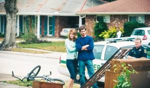 99 Homes: Laura Dern (Lynn Nash) en Andrew Garfield (Dennis Nash)