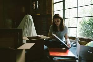 A Ghost Story: Casey Affleck (C) en Rooney Mara (M)