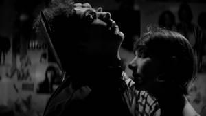 A Girl Walks Home Alone at Night: Arash Marandi (Arash) en Sheila Vand (The Girl)