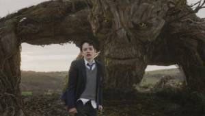 A Monster Calls: Lewis MacDougall (Connor) en Liam Neeson (The Monster)