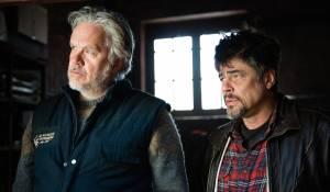 A Perfect Day: Tim Robbins (B) en Benicio Del Toro (Mambrú)
