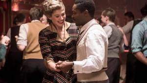 Rosamund Pike (Ruth Williams) en David Oyelowo (Seretse Khama)