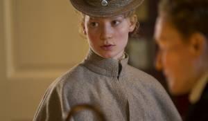 Albert Nobbs: Mia Wasikowska (Helen Dawes)