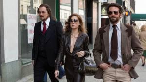 American Hustle: Christian Bale (Irving Rosenfeld), Amy Adams (Sydney Prosser) en Bradley Cooper (Richie DiMaso)
