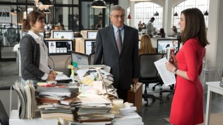 Robert De Niro en Anne Hathaway in The Intern