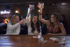 Bad Moms: Kristen Bell (Kiki), Kathryn Hahn (Carla) en Mila Kunis (Amy Mitchell)