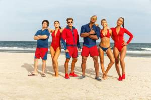 Baywatch: Jon Bass (Ronnie), Alexandra Daddario (Summer Quinn), Zac Efron (Matt Brody), Dwayne Johnson (Mitch Buchanan), Kelly Rohrbach (C.J. Parker) en Ilfenesh Hadera (Stephanie Holden)