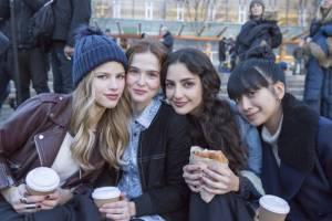 Before I Fall: Halston Sage (Lindsay), Zoey Deutch (Samantha Kingston), Medalion Rahimi (Elody) en Cynthy Wu (Ally Harris)