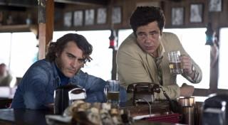 Joaquin Phoenix en Benicio Del Toro in Inherent Vice