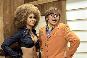 Beyoncé Knowles en Mike Myers in Austin Powers in Goldmember