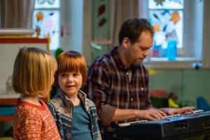 Casper en Emma maken theater (NL): Alba Ørbech-Nilssen (Petra) en Oliver Dahl (Karsten)