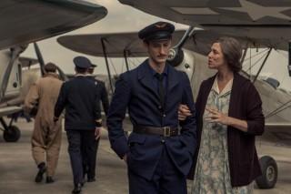 Pierre Niney en Charlotte Gainsbourg in La Promesse de l'Aube