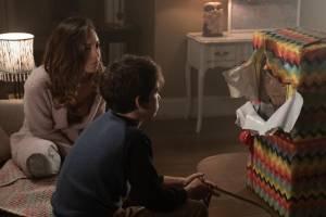 Aubrey Plaza (Karen Barclay) en Gabriel Bateman (Andy Barclay)