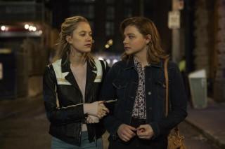 Maika Monroe en Chloë Grace Moretz in Greta