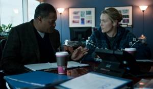 Contagion: Laurence Fishburne (Dr. Ellis Cheever) en Kate Winslet (Dr. Erin Mears)