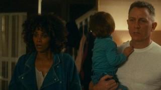 Halle Berry en Daniel Craig in Kings