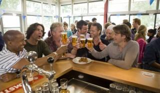 Raymi Sambo, Daniël Boissevain, Thomas Acda, Kasper van Kooten, Danny de Munk, Cas Jansen en Peter Paul Muller in All Stars 2: Old Stars