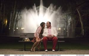Tiffany (Nadja Hupscher) op bankje met Dennis (Edo Brunner)