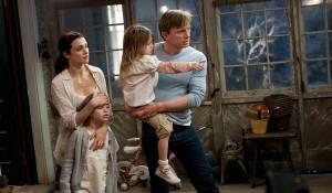 Dream House: Rachel Weisz (Libby Atenton), Taylor Geare (Trish), Claire Geare (Dee Dee) en Daniel Craig (Will Atenton)