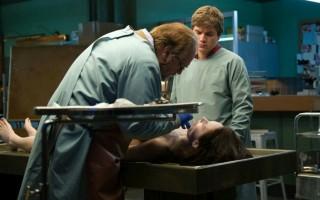Brian Cox, Olwen Catherine Kelly en Emile Hirsch in The Autopsy of Jane Doe