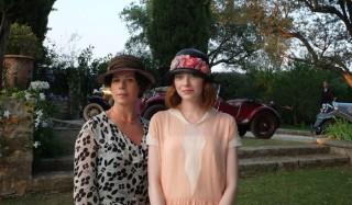 Marcia Gay Harden en Emma Stone in Magic in the Moonlight