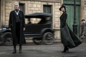 Fantastic Beasts: The Crimes of Grindelwald: Johnny Depp (Gellert Grindelwald) en Poppy Corby-Tuech (Vinda Rosier)