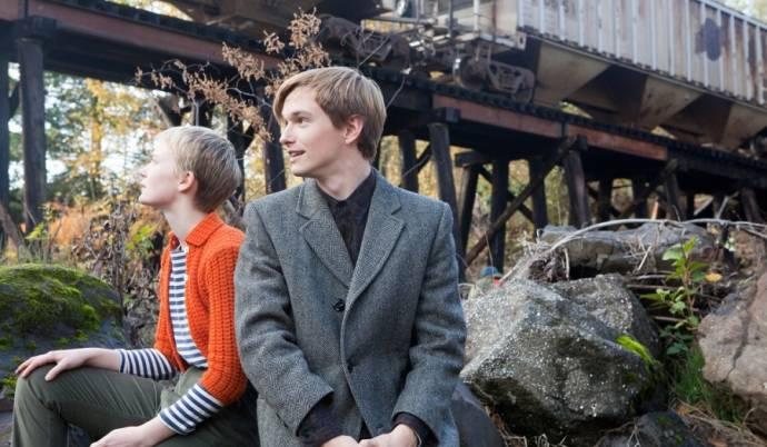 Mia Wasikowska en Henry Hopper (Enoch Brae)