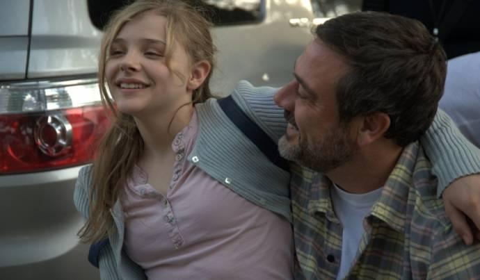 Chloë Grace Moretz (Little Anne Sliger) en Jeffrey Dean Morgan