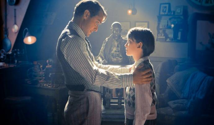Jude Law (Hugo's Father) en Asa Butterfield (Hugo Cabret)