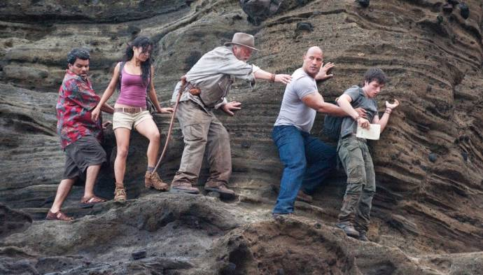 Luis Guzman (Gabato), Vanessa Hudgens (Kailani), Michael Caine (Grandfather), Dwayne Johnson (Hank Parsons) en Josh Hutcherson (Sean Anderson)