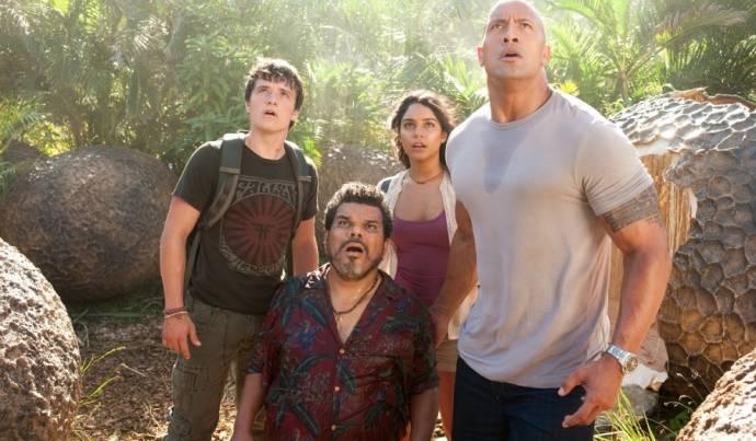 Josh Hutcherson (Sean Anderson), Luis Guzman (Gabato), Vanessa Hudgens (Kailani) en Dwayne Johnson (Hank Parsons)