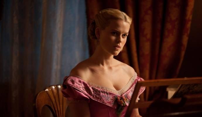 Alice Eve (Emily Hamilton)