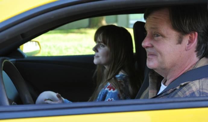 Tara Lynne Barr (Roxy) en Joel Murray (Frank)