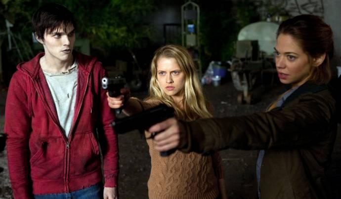 Nicholas Hoult (R), Teresa Palmer (Julie) en Analeigh Tipton (Nora)