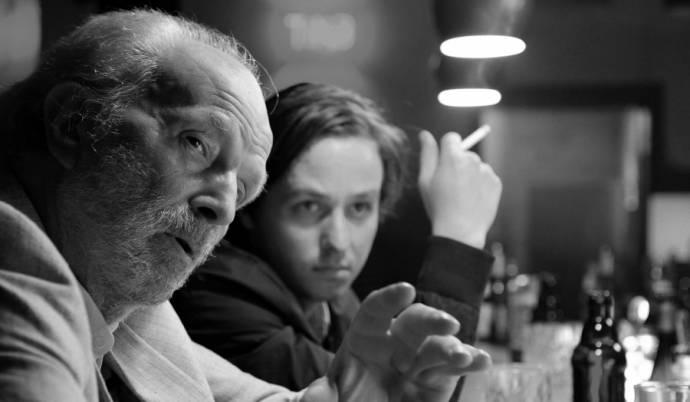 Fred Aaron Blake (Café-Gast) en Tom Schilling (Niko Fischer)