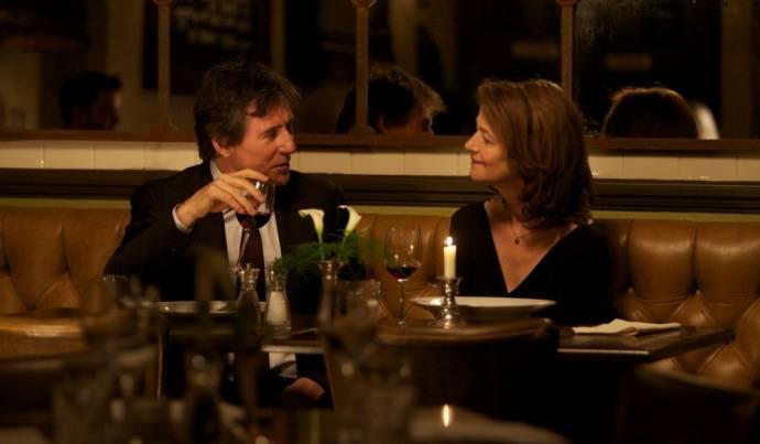 Gabriel Byrne (D.C.I. Bernie Reid) en Charlotte Rampling (Anna Welles)