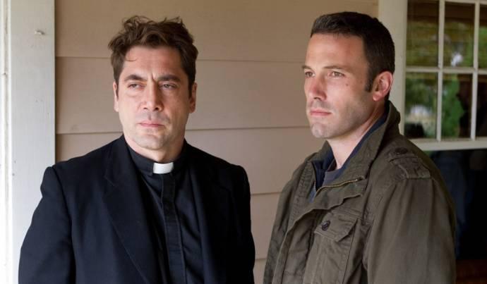 Javier Bardem (Father Quintana) en Ben Affleck (Neil)
