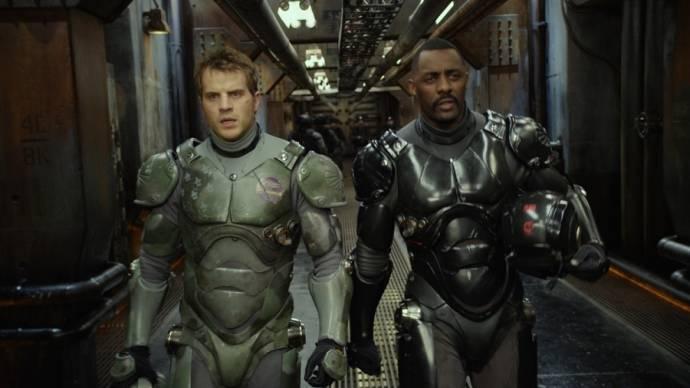 Charlie Hunnam (Raleigh Antrobus) en Idris Elba (Stacker Pentecost)