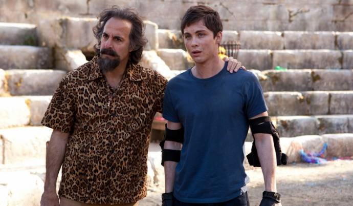 Stanley Tucci (Dionysus) en Logan Lerman (Percy Jackson)