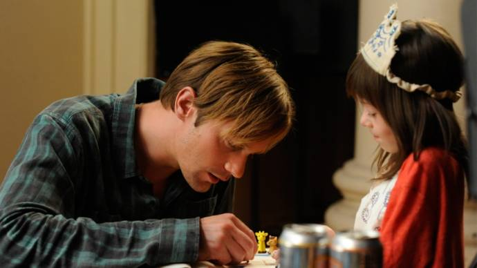 Alexander Skarsgård (Lincoln) en Onata Aprile (Maisie)