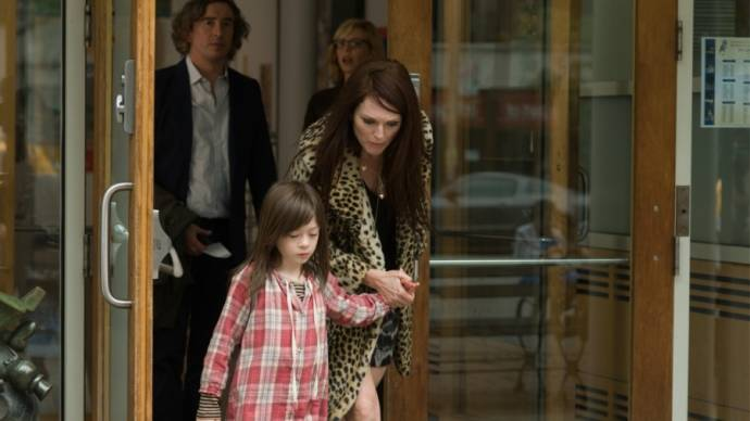 Steve Coogan (Beale), Onata Aprile (Maisie) en Julianne Moore (Susanna)