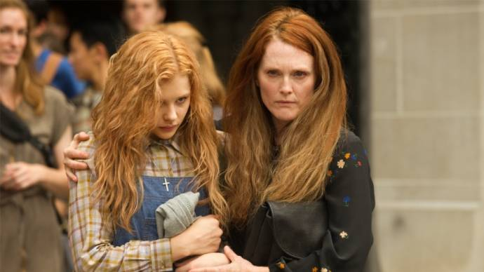 Chloë Grace Moretz (Carrie White) en Julianne Moore (Margaret White)