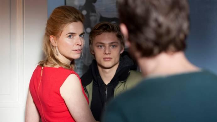 Thekla Reuten (Claire), Jonas Smulders (Michel) en Jacob Derwig (Paul) in Ladies night: Het Diner